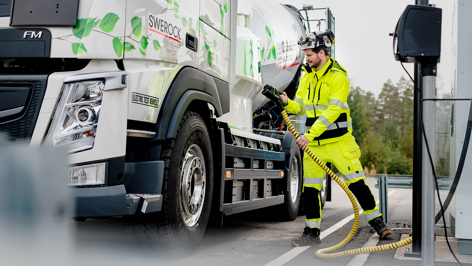 The live test collaboration between Volvo Trucks and Swerock will feature two fully electric construction trucks: a Volvo FM and a Volvo FMX.